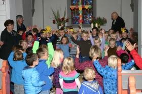 Kinder feiern Erntedank